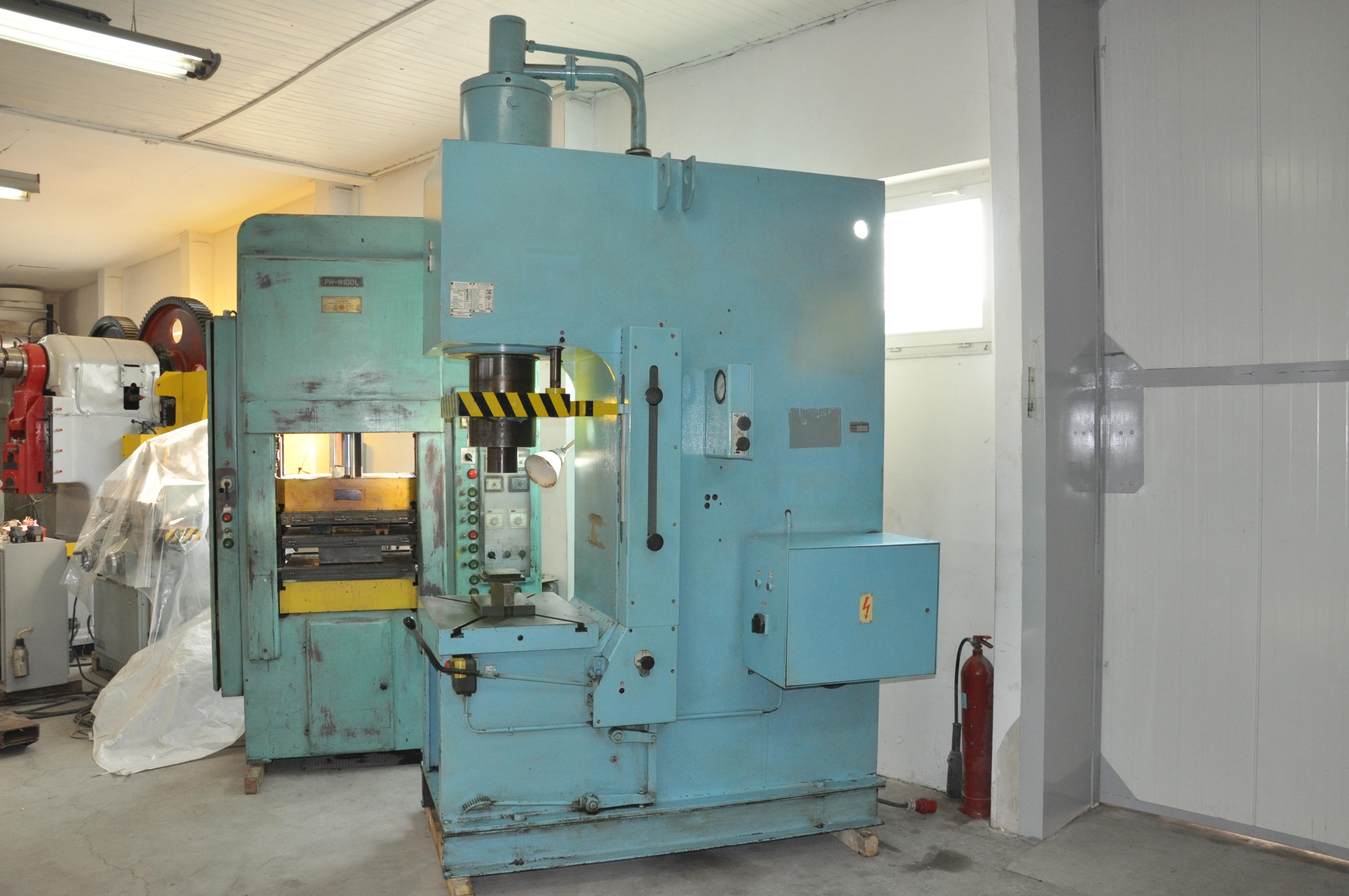 Maszyny używane ustawione na hali